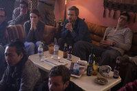 Auch wenn sich die Reporter Kim (Tina Fey, r.), Iain (Martin Freeman, M.) und Tall (Nicholas Braun, r.) irgendwann an das harte Leben in Afghanistan gewöhnen, sind sie vor emotionalen Folgeschäden nicht geschützt ...