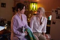 Von der erfahrenen Kriegsreporterin Tanya Vanderpoel (Margot Robbie, r.) lernt Kim (Tina Fey, l.) wie man sich in der männerdominierten Welt der Kriegsreporter behauptet ...