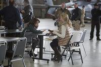 In Afghanistan lernt Kim Baker (Tina Fey, l.) die Reporterin Tanya (Margot Robbie, r.) kennen, die ihr zeigt, wie sie sich im Kriegsgebiet und vor allem in der Männerwelt behaupten kann ...