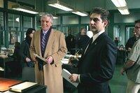 Die Detectives Joe Fontana (Dennis Farina, li.) und Nick Falco (Michael Imperioli) entdecken eine Verbindung zwischen einem ehemaligen Polizeichef und den Morden an einer Pornodarstellerin sowie einer draufgängerischen Journalistin.