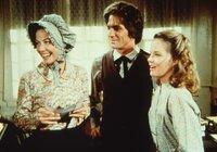 Mary (Melissa Sue Anderson, r.) und Adam (Lindwood Boomer, M.) freuen sich schon auf ihre gemeinsame Fahrt in der Postkutsche ...