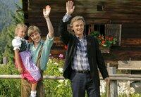 Karl (Timothy Peach) hat einen neuen Job gefunden und kann seinen beiden Kindern Isi (Pauline Brede) und Heiko (Jannik Schürmann) eine Zukunft bieten.