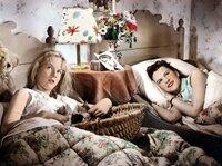 Dick (Angelika Meissner-Voelker, rechts) und Dalli (Heidi Brühl) träumen von Männern.