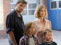 Carsten (Stefan Jürgens) will seine Schwester Hanna (Lisa Martinek) mit ihren beiden Kindern Paul (Leonhard Carow, 2. von links) und Jonas (Lukas Schust) schützen.