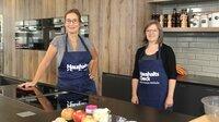 Yvonne Willicks (l) und Kochbuchautorin Susann Kreihe (r) bereiten gemeinsam Appel-Pie Cookies für das Meal-Prep on Ice vor.