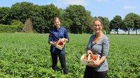 Hotelfachfrau und Köchin Anna Catharina Schmücker (l) und Yvonne Willicks (r) mit ihrer frischen Erdbeerausbeute für den fruchtig, süßen Aufstrich.