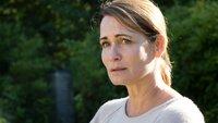 Vergewaltigungsopfer Barbara Falk (Anja Kling) steht traumatisiert im Garten ihres Hauses. Sie hat ihren Mann angerufen, um vom Geschehen zu erzählen. Aber sie brachte kein Wort über die Lippen.