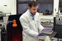 Der deutsche Forscher Jürgen Schleppi arbeitet an der Heriot-Watt University im schottischen Edinburgh an der Herstellung von Spiegeln aus Mondstaub, mit deren Hilfe aus Sonnenlicht Energie gewonnen werden soll.