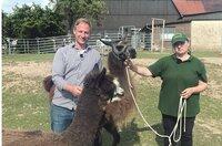 Tobi Kämmerer mit Silke Philipp-Odermatt, die mit Lamas, Alpakas und Eseln Trekking-Touren veranstaltet.