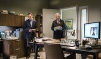 Als die ehemalige Chirurgin Watson unter Verdacht gerät, illegale Rezepte auszustellen, müssen Sherlock (Jonny Lee Miller, l.) und Captain Gregson (Aidan Quinn, r.) schnell handeln und den Täter zur Strecke bringen.