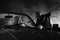 Matthias (Mark Waschke, l.) verdächtiges Verhalten führt zur Kontrolle durch eine Polizistin (Katrin Hansmeier, r.).