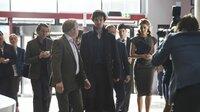 Sherlock Holmes (Benedict Cumberbatch, Mitte) hält den Geschäftsmann Culverton Smith (Toby Jones, 4. v. li.) für einen Serienkiller. Dieser präsentiert sich in der Öffentlichkeit als kinderliebender Wohltäter. Ihm möchte der raffinierte Ermittler eine Falle stellen, um ihm ein Geständnis zu entlocken.