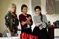 Kurz vor der Eröffnung des Tanzcafés Düll bekommen Helga (Jutta Speidel, li.) Maria (Uschi Glas) und Kiki (Hannelore Elsner) Ärger.