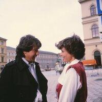 Ilona (Uschi Glas) wird von einem Gigolo (Bernd Herzsprung) angesprochen.