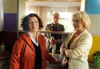 Frido Schulz (Robert Atzorn) sieht es nicht gerne, wenn sich seine Frau Hanne (Karin Düwel, re.) mit ihrer besten Freundin Rosa Schätzlein (Eva Mattes) verbündet.