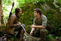 Katniss (Jennifer Lawrence, l.) und Gale (Liam Hemsworth, r.) verloren ihre Väter bei einem Bergwerksunglück. Seitdem sind sie der Ernährer ihrerFamilie. Sie jagen heimlich im Wald, um das Wild auf dem Schwarzmarkt zu verkaufen. Da muss das junge Mädchen ihren Distrikt bei den Hungerspielen vertreten ...