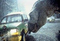 Ein T-Rex greift den Wagen des Forscherteams an.