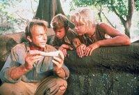 Dr. Alan Grant (Sam Neill, l.) untersucht mit den Kindern Tim (Joseph Mazzello) und Lex (Ariana Richards) ein Dinosaurier-Ei.