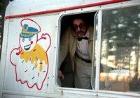 "Der Profikiller ""Mr. Freezy"" (Chris Evans) kommt als harmloser Eisverkäufer daher."