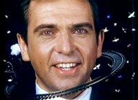 Peter Gabriel (Sledge Hammer).