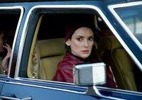 Deborah (Winona Ryder) ahnt nicht, dass ihr Mann zahllose Menschen auf dem Gewissen hat.