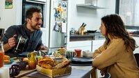 Dr. Stern (Max Alberti) und  Emily (Nina Kaiser) frühstücken gemeinsam.