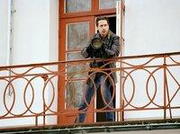 Stefan Lindman (Ola Rapace) versucht einen mutmaßlichen Täter,  der in eine Falle gelockt wird, zu fotografieren.