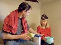 Stefan Lindman (Ola Rapace) kümmert sich um die kleine Eva (Saga Jönsson), die noch nicht weiß, dass ihre Eltern ermordet wurden.