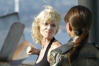 Nach einem Selbstmordattentat durch einen Cylonen-Klon gibt Präsidentin Roslin bekannt, dass die Cylonen die Gestalt von Menschen annehmen können. Ab da herrscht absolutes Misstrauen auf der Galactica, insbesondere Tyrol wird verdächtigt, ein Agent der mechanischen Feinde zu sein. (Katee Sackhoff als Captain Kara 'Starbuck' Thrace und Grace Park als Lt. Sharon 'Boomer' Valerii)