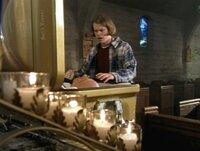 Adam (Eric Christian Olsen) kann es nicht glauben. Der Tote im Sarg sieht genauso aus wie der Mann, der ihn besucht hat...