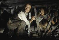 Wird es Alexander Hartdegen (Guy Pearce, l.) gelingen, die hübsche  Mara (Samantha Mumba, r.) zu befreien?