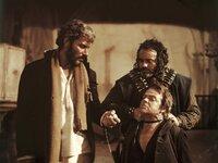 El Indio (Gian Maria Volonté, links) ist gerissen und brutal und verfolgt einen Plan, wie er sich Monco vom Hals schaffen kann, denn Monco und Mortimer hatten beschlossen, El Indios Bande zu infiltrieren.