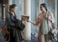 Serena (li., Svea Engel) ist verwundert: Miriam (Jelena Hermann) verhält sich ihr gegenüber auf einmal handzahm.