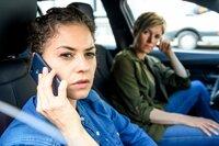 Lilly Funke (Tatjana Kästel, l.) und Vanessa Haas (Kerstin Landsmann, r.) beziehen im Dienstwagen Stellung vor dem Wohnhaus von Florian Elsner. Was hat er mit der Entführung von Mona Berg zu tun?