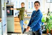 Vanessa Haas (Kerstin Landsmann, l.) und Lilly Funke (Tatjana Kästel, r.) erhalten bei einer Wohnungsdurchsuchung einen Hinweis, wo die entführte Mona Berg festgehalten werden könnte.