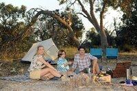 Mit dem Landausflug in einen der Nationalparks Australiens erfüllt Marius seinem Sohn Jonas den größten Wunsch (v. li. n. re. Jessica Ginkel, Max Valentin Wilczek, Daniel Buder).