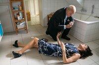 Rettung in letzte Minute: Georg Wilsberg (Leonard Lansink) rettet Tanja Steinthal (Stephanie Eidt) vor den Folgen eines allergischen Schocks. Ein Anschlag oder eiskalt kalkuliert, um von sich als Täterin abzulenken?