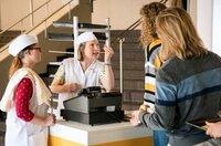 Beate (Anna Drexler) ist felsenfest davon überzeugt, dass es falsche Euro-Münzen gibt.