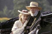 Ada Monroe (Nicole Kidman, l.); Reverend Monroe (Donald Sutherland, r.)