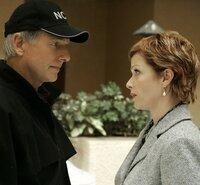 Gibbs (Mark Harmon, l.) und Jenny Shepard (Lauren Holly, r.) unterhalten sich über den möglichen Tatvorgang ...
