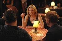 Cameron (Eric Stonestreet, l.) und Mitchell (Jesse Tyler Ferguson) treffen sich mit ihrer feierwütigen Freundin Sal (Elizabeth Banks). Voller Stolz erzählen sie von ihrer süßen Tochter, bis sie erstaunt feststellen müssen, dass Sal dieses Thema überhaupt nicht interessiert...