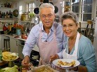 Die Fernsehköche Martina und Moritz zeigen süsse und herzhafte Rezepte für gefüllte Pfannkuchen, die der ganzen Familie schmecken.