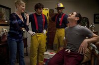 Phil (Ty Burrell, r.) weiss gerade nicht, was schlimmer ist: seine Schmerzen oder die Tatsache, dass Claire (Julie Bowen) sich mitten in der Nacht für den attraktiven Feuerwehrmann (Joey Baker, 2.v.l.) und seinen Kollegen (Darst. unbekannt) gestylt hat.
