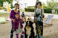 Aus der Traum!? Mit dem Gipsbein geht es für Minoo (Katerina Gehrckens, 2. v. l.) nicht mit auf Klassenfahrt zum Raumfahrtzentrum. Yasemin (Sanam Afrashteh, l.) und Minoos älterer Bruder Hadi (Alexander Türk, r.) stehen ihr zur Seite.