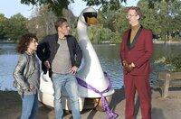 Harry (Maria Ketikidou l.) und Piet Wellbrook (Peter Fieseler, M.) haben Roderick Brüggemann (Uke Bosse, r.) erwischt, der ein Schwanen-Tretboot klauen wollte.