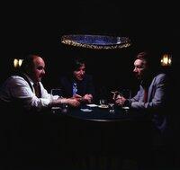 Von links: Schöninger (Walter Sedlmayr), Heinl (Elmar Wepper) und Hugo Kremer (Karl Renar) beim Glücksspiel.
