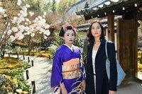 Die moderne junge Frau Anna Sato (Agnes Decker, r.), die nur ihre Kindheit in Japan verbracht hat, muss erst einmal verarbeiten, dass ihre Schwester Misaki (Linda Chang, l.) eine Geisha ist.