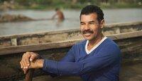 Americo Payares ist Sandmann - im Wasser das Rio Magdalena stehend schaufelt er Sand aus dem Fluss.
