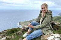 Eine Mischung aus Irland, Norwegen und der Karibik – das ist Galicien, Spaniens grüner Norden mit keltischem Erbe. Judith Rakers erkundet die hohe Steilküste, Naturparks mit Wasserfällen und dichten Wäldern, fjordähnliche Meeresarme und die traumhaften Strände des unbewohnten Inselparadieses. Galicien gilt als Spaniens grüner Norden. Die Region ist längst nicht so überlaufen wie viele andere touristische Ziele in Spanien, bietet aber atemberaubende Landschaften.
