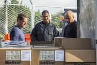 L-R: Special Agent G. Callen (Chris O\'Donnell) and Special Agent Sam Hanna (LL COOL J).